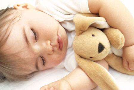 Um objeto de estimação com o cheirinho da mamãe pode ajudar o bebê que não precisa mais mamar quando ele acorda durante a noite.