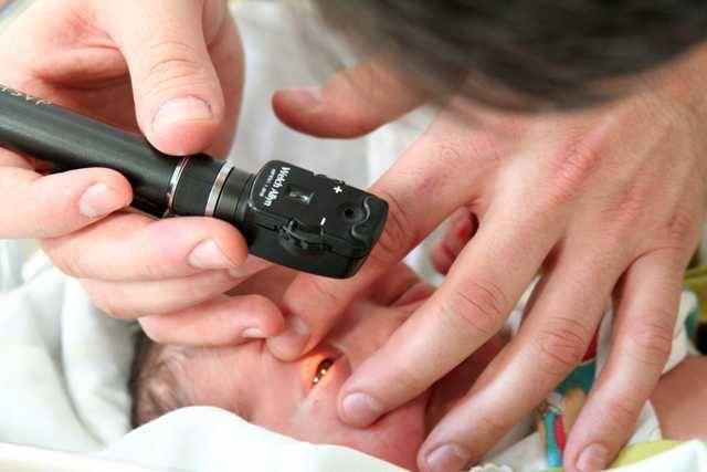 O teste do olhinho é realizado com um oftalmoscópio: uma lanterninha que gera um reflexo que é avermelhado em olhos saudáveis.