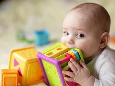 Compre um mordedor e o mantenha limpo pra evitar que seu filho coloque tudo na boca e ajudá-lo a aliviar o incômodo.